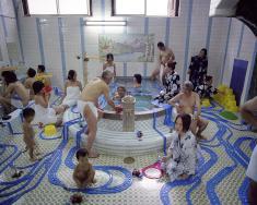 パラモデル《極楽百景 第八景 -新世界 パーク温泉 斬新な入浴-》2007年 / ラムダプリント / 100.0×120.0cm / (c)paramodel / photo: paramodel Courtesy of MORI YU GALLERY