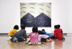 小学生対象の鑑賞会「こども美術館部」の様子