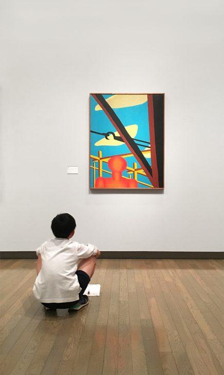 展示室で作品を見るこども